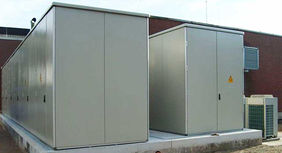 Links eine Schutzumhausung für 6 Drosselspulen mit einer Gesamtlänge von 18 Metern.