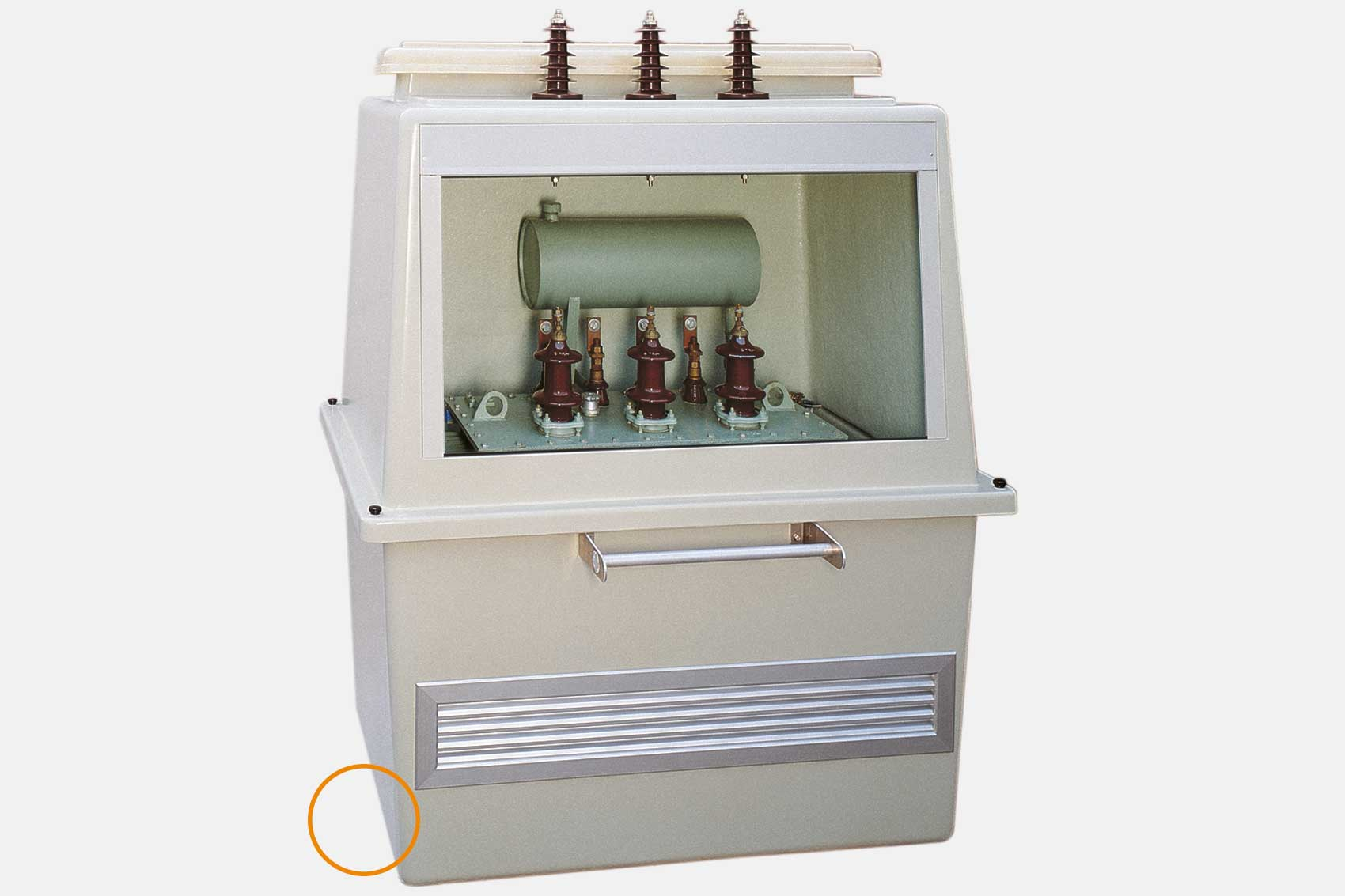 Variable Befestigung der Trafobox auf dem Mast durch C-Profilschienen.