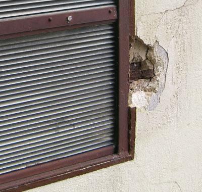 Abplatzungen und Ausbrüche an Befestigungselementen im oberflächennahen Bereich durch Feuchtigkeit und Korrosion.