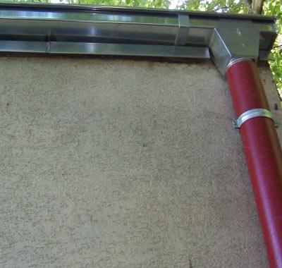 Erneuerung der Dachrinnen und Fallrohre sowie Anpassung der Materialien an die örtlichen Gegebenheiten.