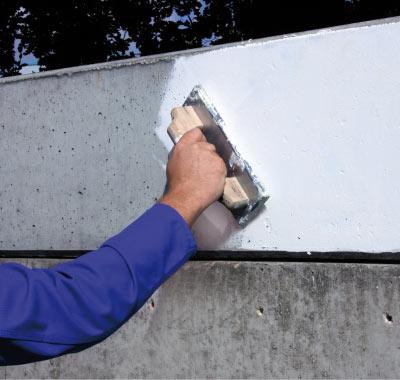 Einsatz geprüfter Materialsysteme zur Sanierung von Rissbildungen und Feuchtigkeitsschäden.