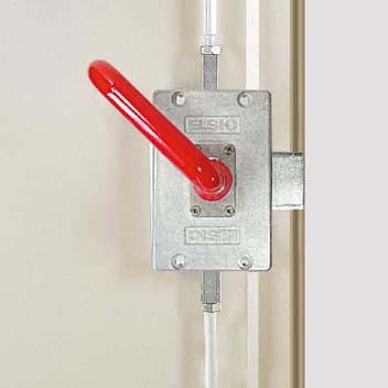 Panikriegel, ermöglicht das Öffnen der verschlossenen Tür von innen (Standard bei begehbaren Gehäusen)